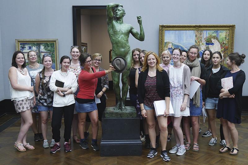 """Gruppenfoto mit der Skulptur """"Das eherne Zeitalter"""" - August Rodin"""